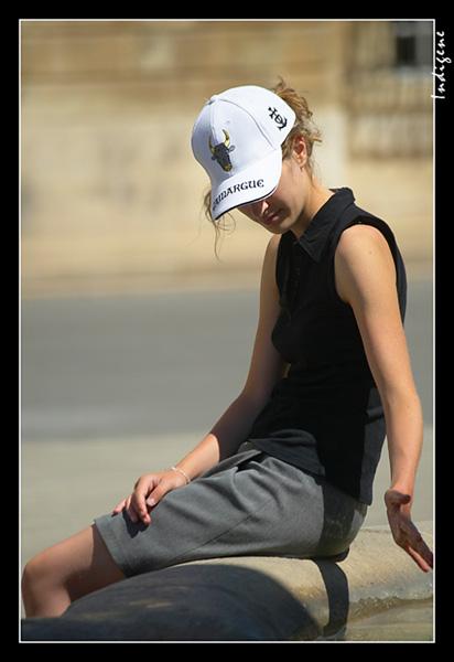 Jeune fille au bord de la fontaine
