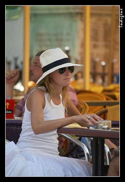 Touriste à la terrasse d'un café