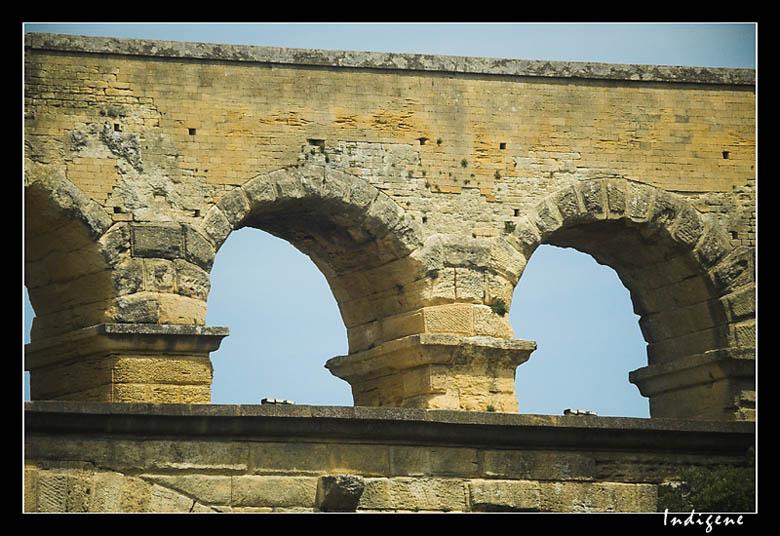 Troisième rangée d'arches du Pont du Gard