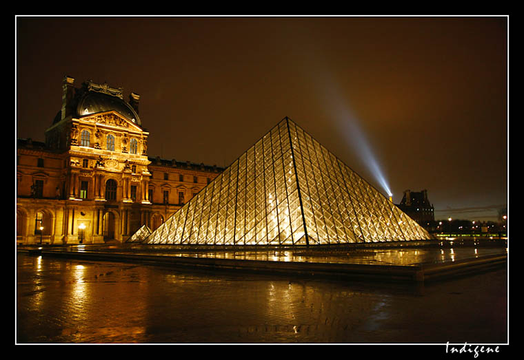 La Pyramide du Louvre et la Tour Eiffel