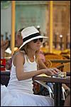 photo Touriste à la terrasse d'un café