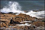 photo Vague s'écrasant sur les rochers