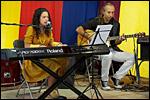 photo Jeune chanteuse et musicien à la fête de l'huma