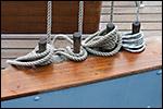 photo Les cordages lovés sur les taquets