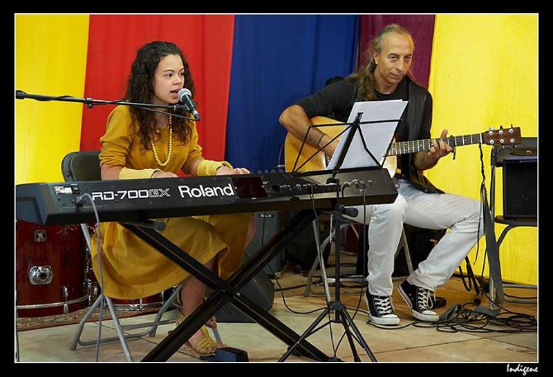 Jeune chanteuse et musicien à la fête de l'huma