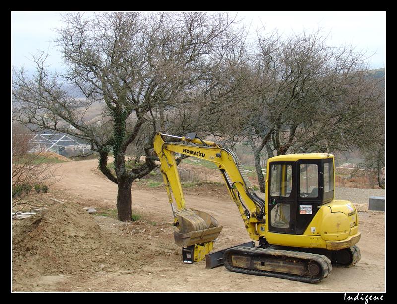 Des pelleteuses et des bulldozers à Solutré