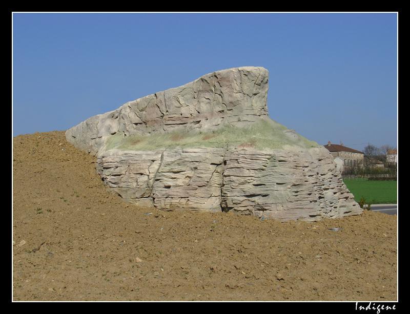Rond Point avec une représentation de la Roche de Solutré